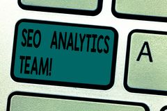 Знак текста показывая аналитика Seo объединяется в команду Схематический показ фото которое делает процесс влияя на онлайн клавиа стоковые изображения rf