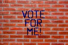 Знак текста показывая голосование для меня Схематическое фото агитируя для положения правительства в предстоящем кирпиче избрания стоковое фото rf