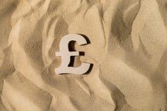 Знак фунта на песке стоковые фото