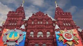 Знамена с медалями и ленты на фасаде исторического украшения дня победы музея, красной площади, Москвы, России сток-видео