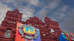 Знамена с медалями и ленты на фасаде исторического украшения дня победы музея, красной площади, Москвы, России акции видеоматериалы