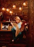 Знание и понимание прочитанного ключи к грамотности Студент женщины наслаждается прочитать грамотность Студент получает знание стоковая фотография rf