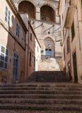 Здания и улица в коричневых тонах стоковое фото