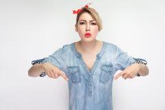 Здесь и прямо сейчас портрет серьезной bossy красивой молодой женщины в случайной голубой рубашке джинсовой ткани с красный смотр стоковая фотография
