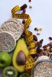 Здоровая еда и желтая рулетка над коричневой таблицей Принципиальная схема пригодности и здоровья стоковые изображения