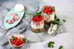 Здоровая идея завтрака лета, домодельный наслоенный десерт parfe в небольшом опарнике с йогуртом и клубника стоковая фотография