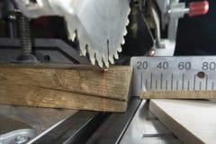 Зубы на круглой пиле в конце вверх с древесиной стоковые фотографии rf