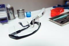 Зубоврачебные инструменты на таблице на зубоврачебном офисе стоковые изображения rf