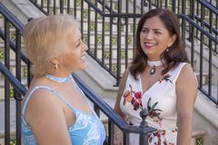 2 зрелых друз женщин останавливают болтовню на дне лестниц стоковое изображение rf