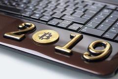 золотое bitcoin оно лежит на ноутбуке Надпись 2019 Тонизировать стоковые фотографии rf