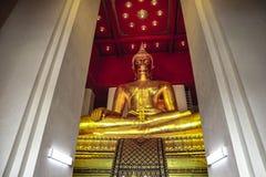 Золотой Будда в красивом раздумье, туристское назначение стоковое фото rf
