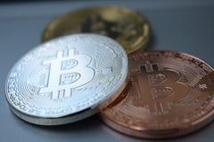 Золото 3 монеток, серебр, бронзовое Bitcoin Дело, коммерция, обмен стоковая фотография rf