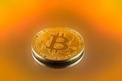 Золото физическое Bitcoin в ярком свете стоковые фото