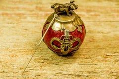Игла иглоукалывания на античном китайском пресс-папье стоковая фотография rf