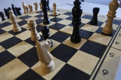 Игра в шахматы, белый король в тревоге, лошадь в тревоге, мате в одном движении стоковые изображения