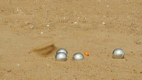 Игра игры в петанки на пляже акции видеоматериалы