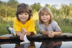 Игра мальчика в летнем дне лужицы стоковые изображения