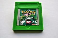 Игра патрона GameBoy зеленого цвета лист Pokemon стоковая фотография