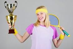 Игра тенниса выигрыша Обмундирование спорта носки женщины Чемпионат выигрыша теннисиста первое место Достижение спорта отпразднуй стоковые изображения rf