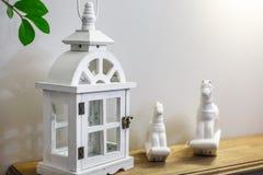 Игрушки внутреннего художественного оформления Белые декоративные деревянные latern света и керамические лошади в дорогом интерье стоковое изображение rf