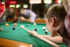 Игрок билльярда направляя на таблицу билльярда стоковое изображение