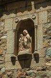 Изваяйте нашей дамы с ребенком Иисусом в каменной нише на Caceres стоковые фотографии rf