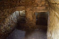 Известняк вольтижировал погреб руин замка стоковое изображение