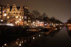 Известный мост в Амстердаме Романтичный ландшафт ночи бит помоха и тумана делает волшебный канал стоковые фотографии rf