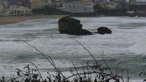 Известный пляж Биаррица оплачивает баскское, Франция с океанскими волнами, плохая погода видеоматериал