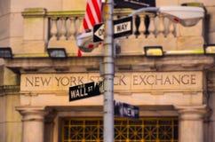Известный Уолл-Стрит со зданием нью-йоркской биржи стоковое изображение rf