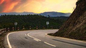 Извилистая дорога в красивом ландшафте стоковые фотографии rf