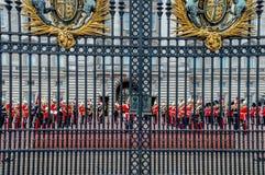 Изменять предохранителей на Букингемском дворце, Лондоне, Великобритании стоковое изображение rf
