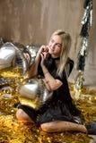 Изумительная милая дама празднуя день рождения Нового Года, представляющ в предпосылке блеска золота и бросая красочный confetti  стоковое изображение