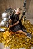Изумительная милая дама празднуя день рождения Нового Года, представляющ в предпосылке блеска золота и бросая красочный confetti  стоковые изображения rf