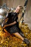 Изумительная милая дама празднуя день рождения Нового Года, представляющ в предпосылке блеска золота и бросая красочный confetti  стоковая фотография