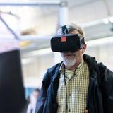 Изумленные взгляды виртуальной реальности старшего человека нося наблюдая представление виртуальной реальности стоковая фотография rf