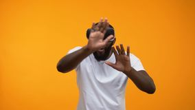 Изумленный Афро-американский человек в шлемофоне VR исследуя современные технологии, будущее видеоматериал