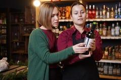 Изображение 2 женщин с бутылкой вина стоковое изображение