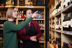 Изображение 2 женщин с бутылкой вина стоковая фотография