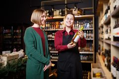 Изображение 2 женщин с бутылкой вина в руке стоковые изображения rf