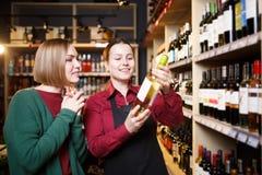 Изображение 2 женщин с бутылкой вина в руке стоковая фотография rf