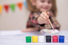 Изображение картины маленькой девочки с гуашью на клубе искусства, развитием творческих способностей стоковая фотография