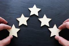 Изображение концепции устанавливать цель 5 звезд увеличьте идею оценки или ранжировки, оценки и классификации стоковое изображение rf