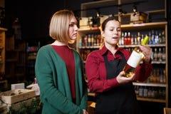 Изображение молодых женщин с бутылкой вина в руке стоковое изображение rf