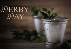 Изображение для дерби в кентукки в мае показывая 2 чашки julep мяты серебра с задавленными льдом и свежей мятой стоковые изображения rf