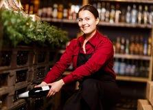Изображение счастливой женщины с бутылкой вина стоковая фотография rf