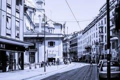 Изображение улицы в черно-белом с рельсами стоковое изображение