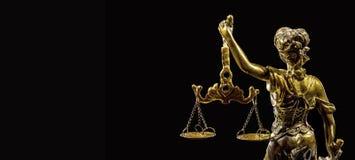 изолированная белизна статуи силуэта правосудия стоковые изображения rf