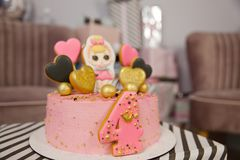 Именниный пирог на 4 лет украшенный с сердцами пряника с замороженностью и 4 стоковые изображения rf