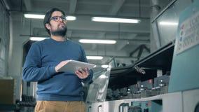Инженер проверяет деятельность оборудования оформления, конец вверх акции видеоматериалы